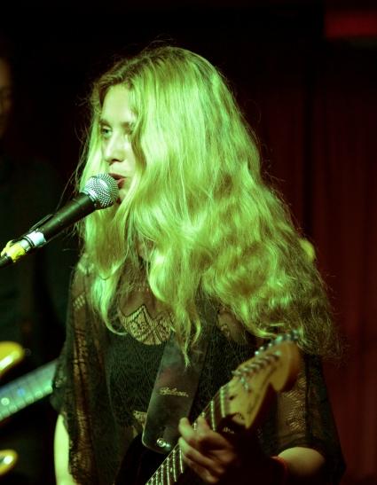 Sannie Fox (live). Photo credit: Karla Da Silva.